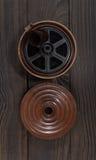 Equipo para el desarrollo de la película en la superficie de madera oscura Imagen de archivo libre de regalías