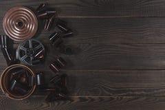 Equipo para el desarrollo de la película en la superficie de madera oscura Imagen de archivo