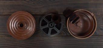 Equipo para el desarrollo de la película en la superficie de madera oscura Imágenes de archivo libres de regalías