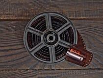 Equipo para el desarrollo de la película en la superficie de madera oscura Fotos de archivo libres de regalías