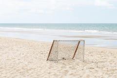 Equipo para el fútbol de la playa por el mar Fotografía de archivo libre de regalías