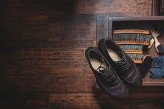 Equipo para el zapato que brilla en la tabla de madera Fotografía de archivo libre de regalías