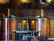 Equipo para elaborar cerveza en el restaurante, barra, pub Cervecerías en el restaurante Fondo creativo Fotografía de archivo