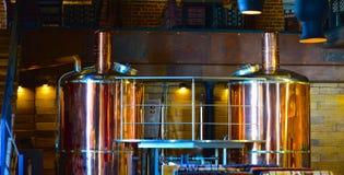 Equipo para elaborar cerveza en el restaurante, barra, pub Cervecerías en el restaurante Fondo creativo Foto de archivo libre de regalías