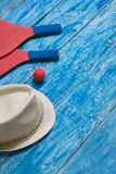 Equipo para jugar a tenis de la playa en el fondo de madera azul Fotos de archivo