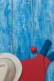 Equipo para jugar a tenis de la playa en el fondo de madera azul Concepto vertical de la orientación Fotografía de archivo