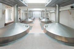Equipo para la cervecería. Los tanques brillantes Foto de archivo libre de regalías