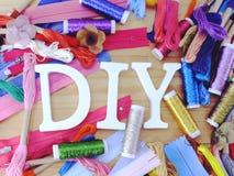 Equipo para los accesorios de costura para el fondo hecho a mano de la frontera del equipo de costura con el espacio de la copia; foto de archivo libre de regalías