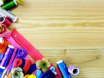 Equipo para los accesorios de costura para el fondo hecho a mano de la frontera del equipo de costura con el espacio de la copia; Fotografía de archivo libre de regalías