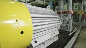 Equipo pesado conectado por los tubos en Fuel Company almacen de metraje de vídeo