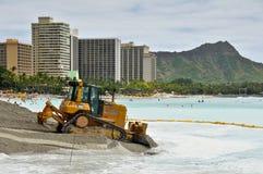 Equipo pesado del proyecto del mantenimiento de la playa de Waikiki Foto de archivo