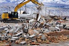 Equipo pesado que derriba la construcción de edificios fotos de archivo