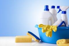 Equipo profesional de la limpieza en la descripción blanca de la tabla Imagen de archivo