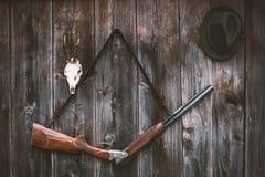 Equipo profesional de los cazadores para cazar Sculs del trofeo de los ciervos del rifle, de los ciervos, de huevas y otros en un foto de archivo