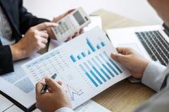 Equipo profesional del colega del negocio que trabaja y que analiza con el nuevo proyecto de las finanzas de la contabilidad, de  imágenes de archivo libres de regalías