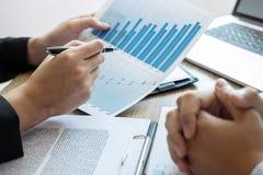 Equipo profesional del colega del negocio que trabaja y que analiza con el nuevo proyecto de las finanzas de la contabilidad, de  imagen de archivo libre de regalías