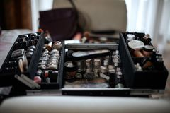 Equipo profesional del maquillaje en la tabla Imagen de archivo libre de regalías