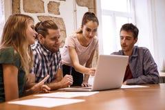 Equipo profesional del negocio en una reunión Foto de archivo libre de regalías