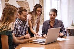 Equipo profesional en una reunión de negocios Fotos de archivo libres de regalías