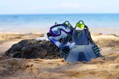 Equipo que bucea en una playa Fotos de archivo libres de regalías