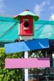 Equipo que cultiva un huerto de madera de flor de la caja del color Fotos de archivo