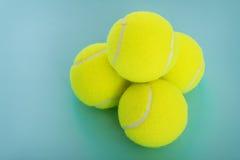 Equipo que se divierte: pelotas de tenis Imágenes de archivo libres de regalías