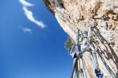 Equipo que sube en el top de las paredes que pasan por alto el Valle Foto de archivo