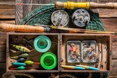 Equipo retro del pescador con la red, las barras y los flotadores Imagen de archivo libre de regalías
