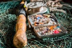 Equipo retro del pescador con los flotadores, los ganchos y las barras Fotos de archivo