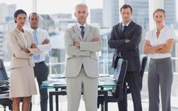 Equipo serio de hombres de negocios que presentan junto Fotografía de archivo libre de regalías