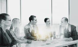 Equipo sonriente del negocio en la reunión de la oficina imágenes de archivo libres de regalías