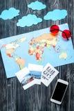 Equipo turístico con el móvil y mapa para viajar con los niños en mofa oscura de la opinión superior del fondo para arriba Fotografía de archivo