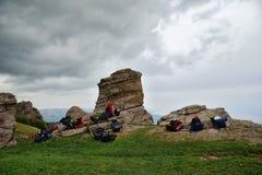 Equipo turístico en la tierra encima de una montaña Fotografía de archivo