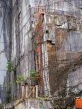 Equipo viejo de una mina de mármol despedida Imagenes de archivo