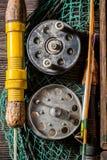 Equipo viejo del pescador con las moscas, los flotadores y las barras Imagen de archivo libre de regalías