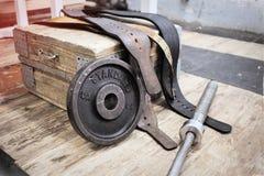 Equipo viejo para powerlifting, en el de madera Foto de archivo libre de regalías