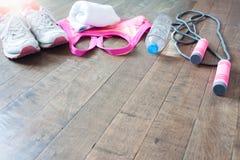 Equipo y accesorios de la aptitud en el piso de madera, concepto del entrenamiento Imágenes de archivo libres de regalías