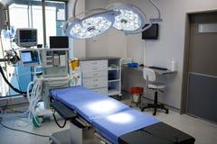 Equipo y aparatos médicos en sala de operaciones moderna Imagen de archivo