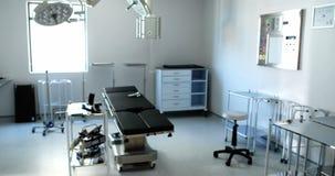 Equipo y aparatos médicos en sala de operaciones moderna almacen de metraje de vídeo
