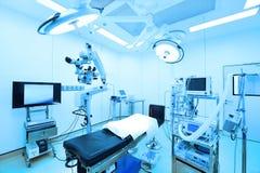 Equipo y aparatos médicos en sala de operaciones moderna Imagen de archivo libre de regalías