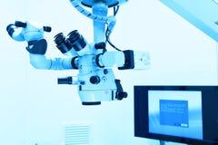Equipo y aparatos médicos en sala de operaciones moderna Imagenes de archivo