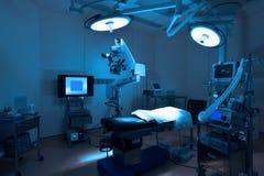 Equipo y aparatos médicos en sala de operaciones moderna Fotos de archivo