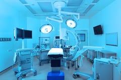 Equipo y aparatos médicos en sala de operaciones moderna Fotografía de archivo libre de regalías