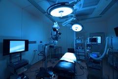 Equipo y aparatos médicos en sala de operaciones moderna Foto de archivo libre de regalías