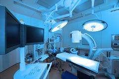 Equipo y aparatos médicos en sala de operaciones moderna Imágenes de archivo libres de regalías