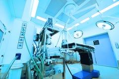 Equipo y aparatos médicos en sala de operaciones moderna Fotos de archivo libres de regalías