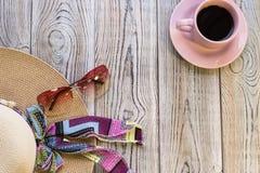 Equipo y café del viajero de la mujer Fotografía de archivo