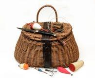 Equipo y cesta de la pesca con mosca en blanco Fotografía de archivo