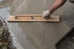 Equipo y construcción de una calzada concreta de pavimentación alrededor de t imagenes de archivo