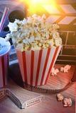 Equipo y elementos de la vertical del cine y del cine del fondo Foto de archivo